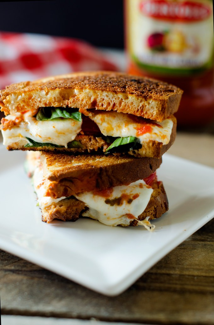 Gluten Free Margherita Sandwiches - These sandwiches are so simple to make but tastes amazing! Dinner in 10 minutes? Yes, please!